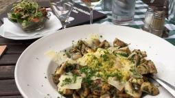 """Vegetarisches Essen in der """"Henne"""" - Risotto mit Pilzen und Parmesan. Dazu schmeckt ein trockener Bacchus."""